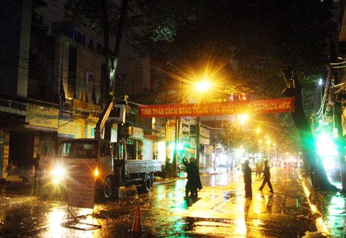 Lúc 18h, khi cơn mưa bắt đầu, trên đường Trần Quang Khải trước UBND phường Tân Định phải phong tỏa vì một cây xanh bị tét nhanh có nguy cơ ngã xuống