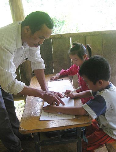 Hai em nhỏ rất chịu khó học hành nên được thầy cô quý mến.