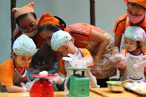 Mỗi bé đều được các cô hướng dẫn tự làm cho mình một cái bánh.