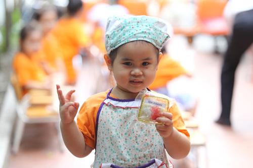 Cô bé Gia Khanh với sản phẩm đầu tay của mình.