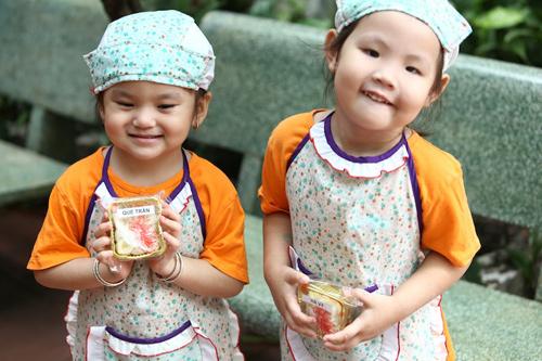 Bé Quế Trân và Hà Vy khoe bánh mình làm ra. Cuối ngày, các bé sẽ đem bánh về tặng cho bố mẹ.