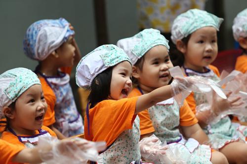 Với đa số các bé, đây là lần đầu tiên được thử làm đồ ăn nên các thiên thần nhí rất háo hức.