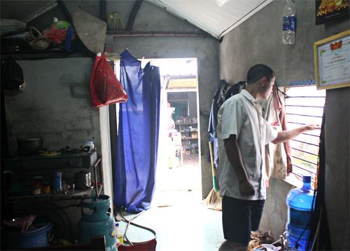 Anh Sóng trong căn nhà tồi tàn, chỉ có 13m2 còn thua xa một phòng trọ sinh viên. Trong đó nhà tắm, vệ sinh, bề chứa nước chiếm khoảng hơn 2m2. Ảnh: Phan Dương.