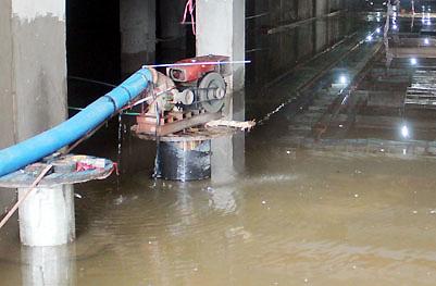 Chiều 13/9, 3 máy bơm hút nước trong hầm lô B vẫn hoạt động hết công suất. Ảnh: An Nhơn