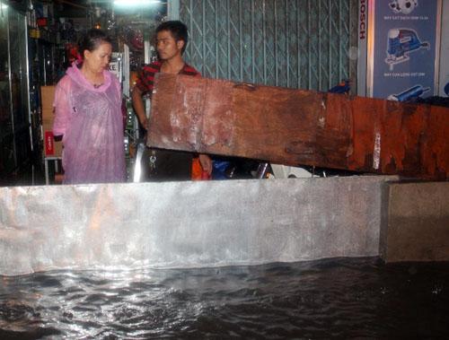 Những ngày qua, người dân hai bên đường ngập khổ sở vì nước tràn vào nhà. Ảnh: An Nhơn