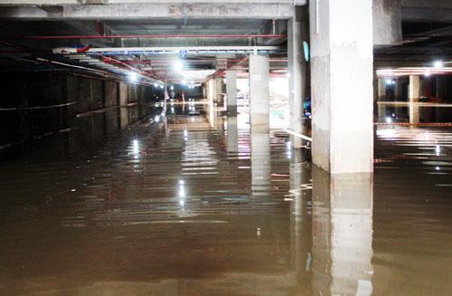 Chiều 13/9, sau 3 ngày bị ngập, hầm chung cư Khang Gia vẫn còn ngập. Ảnh: An Nhơn