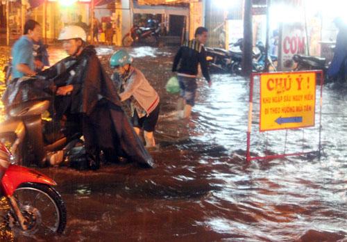 Người Sài Gòn lại hì hục đẩy xe vì đường ngập
