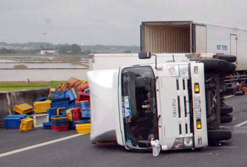 Xe tải lật trên cao tốc Trung Lương vì nổ lốp. Ảnh: An Nhơn