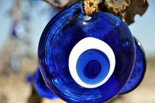Bùa Nazar được dùng phổ biến ở các vung Trung Đông với niềm tin rằng nó có thể đẩy lùi  những đôi mắt hiểm độc từ sự ghen tị và tham lam. Ảnh: Live Science
