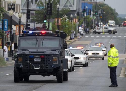 Xe cảnh sát ập đến hiện trường tại