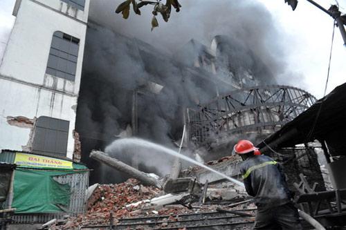 Cháy lớn xảy ra tại Trung tâm Thương mại Hải Dương sáng sớm nay, lửa khói mù mịt bao trùm khu nhà ba tầng nơi kinh doanh của 500 tiểu thương. Một phần của khối nhà đã đổ sập