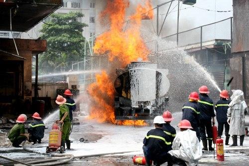 Trưa 3/6, Hàng trăm cảnh sát cùng toàn bộ phương tiện chữa cháy của Hà Nội đã được huy động khống chế vụ hỏa hoạn chưa từng  có khi xe tiếp xăng bốc cháy trên phố Trần Hưng Đạo (Hà Nội).