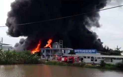 10h sáng nay, 25/5 lửa bùng lên tại Nhà máy sản xuất nhựa Tiến Đạt (Bắc Ninh). 6 xe cứu hỏa cùng hàng chục cảnh sát phun vòi rồng suốt 2 giờ mới khống chế được ngọn lửa. Thiệt hại ước tính 50-60 tỷ đồng.