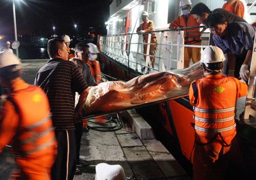Thi thể ông Hùng được ngư dân tìm thấy vào rạng sáng 17/9, sau đó chuyển lên tàu cứu hộ SAR 413 bảo quả và chở về đ liền. Ông Hùng cũng là nạn nhân tìm thấy duy nhất trong số 8 người bị mất tích trên tàu cá Tiền Giang bị tàu hàng Singapore đâm chìm vào rạng sáng 16/9 trên biển Vũng Tàu.