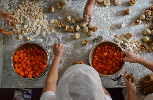 [Caption]Cooks prepare mooncakes at a workshop in Changsha, in central China's Hunan province