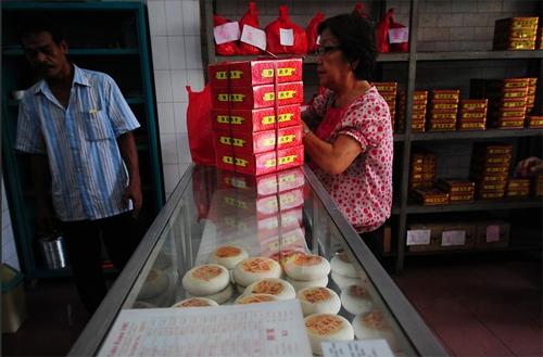 Một tiệm bánh nướng, bánh dẻo ởJakarta, Indonesia.