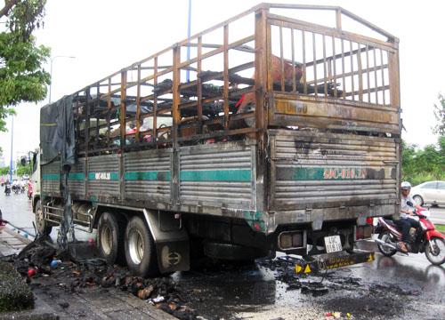 Xe tải bị cháy bốc cháy khi vừa qua hầm Thủ Thiêm. Ảnh: An Nhơn