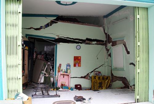 Căn nhà 2 tầng lún xuống, tường nứt toác. Ảnh: An Nhơn
