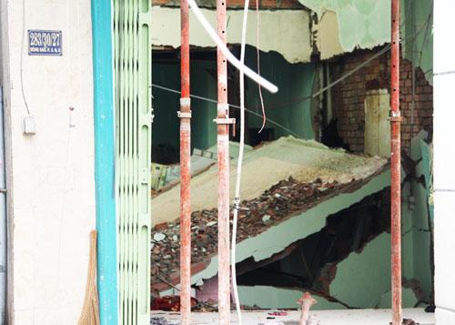 Trong ngày 21/8, một phần căn nhà 2 tầng bị sập đã được đập bỏ. Ảnh: An Nhơn