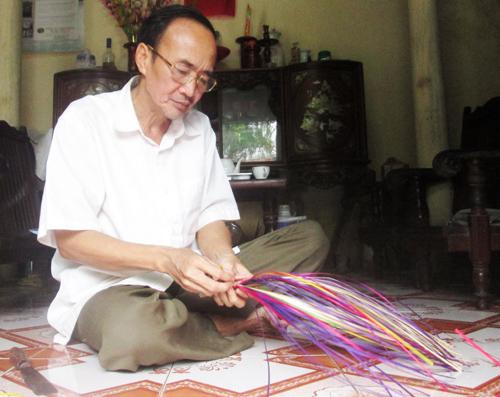 Thành công với nghề, nghệ nhân Đặng Văn Pho đã đưa những chiếc quạt lá đề đi khắp các hội chợ, triển lãm nghề truyền thống trong cả nước. Ảnh: Quỳnh Trang.