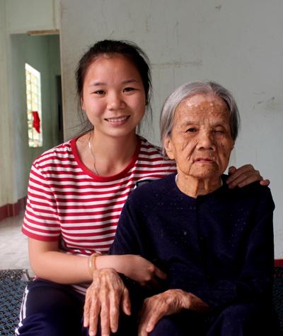 Đối với cô sinh viên Hồ Thị Hương thì bà Diệp như là người mẹ thứ 2 của mình. (ảnh: Phúc Nguyễn)