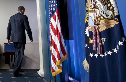 Tổng thống Barack Obama rời đi sau khi nói chuyện về khả năng chính phủ phải dừng hoạt độngkhi Thượng viện và Hạ viện Mỹ không thể thống nhất vấn đề ngân sác