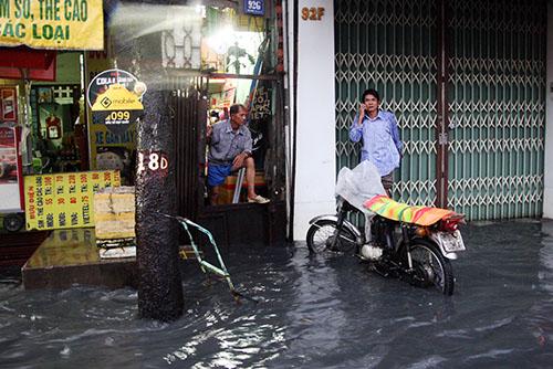 Ông Nguyễn Văn Hồng (60 tuổi) ngao ngán với cảnh mưa là đường ngập khiến cuộc sống gia đình ông đảo lộn