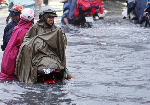Hàng trăm xe bị chết máy, nhiều người bị té ngã khi vượt 1km đường ngập.