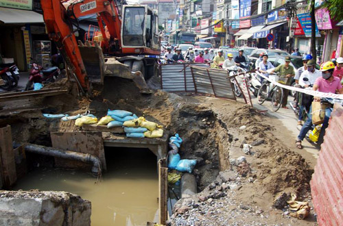 Hố sụt lún rộng hơn chục m2, sâu 2m, chiếm 1/2 diện tích đường Kim Ngưu, khiến đường ùn tắc.