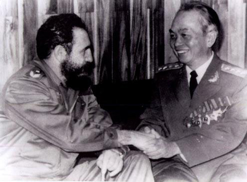 [Caption]General Vo Nguyen Giap talked with President Fidel Castro during his visit to Cuba.