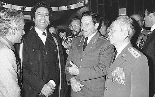 Đại tướng Võ Nguyên Giáp trong một cuộc gặp tại Algeria năm 1979với Tổng thống LibyaMuammar Gaddafi (thứ hai từ trái sang) và ôngRaul Castro, khi đó là Bộ trưởng Các lực lượng Vũ trang Cuba.Ảnh:AP