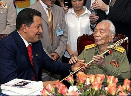 Trong chuyến thăm Việt Nam năm 2006, Tổng thốngVenezuelan Hugo Chavez đã tặng cho Đại tướng Võ Nguyên Giáp một bản sao thanh gươm quý của anh hùng Simon Bolivar,nhà cách mạng nổi tiếng người Venezuela, người lãnh đạo các phong trào giành độc lập ở Nam Mỹ đầu thế kỷ 19.Đại tướng đầu tiên, Tổng tư lệnh tối cao Quân đội nhân dân Việt Nam Võ Nguyên Giáp qua đời lúc 18h chiều nay tại Viện quân y 108 (Hà Nội) khi ông vừa qua tuổi 103.Ảnh: AFP