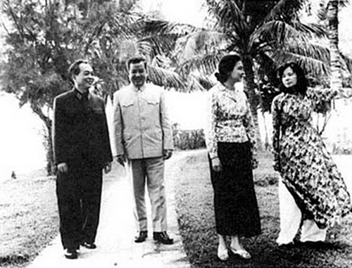 [Caption]February 1973: General Vo Nguyen Giap and his wife visit Norodom Sihanouk and Princess Monique in their residence located in a discrete location in Hanoi (Photo: NorodomSihanouk.info
