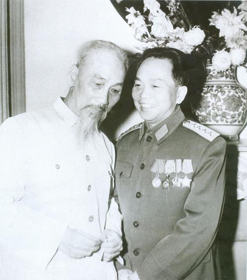Bác Hồ và Đại tướng Võ Nguyên Giáp chụp nhân kỷ niệm ngày thành lập Quân đội Nhân dân Việt Nam năm 1962