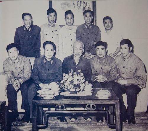 Tháng 4-1966, Chủ tịch Hồ Chí Minh, Đại tướng Tổng tư lệnh Võ Nguyên Giáp tiếp các chiến sĩ lái máy bay chiến đấu đã bắn rơi nhiều máy bay Mỹ