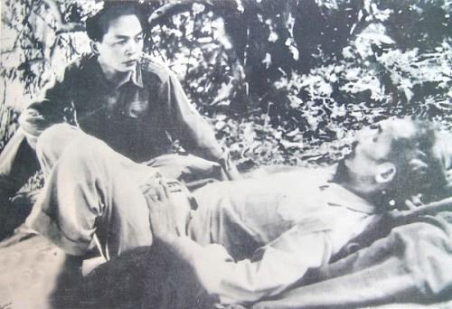 Trên đường đi Chiến dịch Biên giới, Đại tướng Tổng tư lệnh Võ Nguyên Giáp thăm Chủ tịch Hồ Chí Minh (1950).