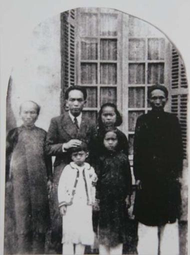 Bức ảnh ông chụp cùng với cha mẹ, con gái Hồng Anh (áo trắng) và các cháu năm 1946.