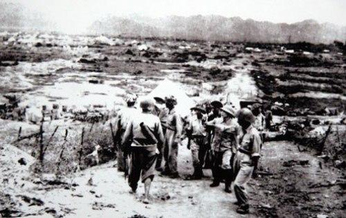Đại tướng Võ Nguyên Giáp thăm chiến trường Điện Biên Phủ sau chiến thắng vĩ đại 7-5-1954