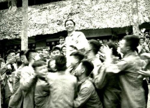 Các chiến sĩ thi đua trong Chiến dịch Điện Biên Phủ vui mừng công kênh Đại tướng-Tổng Tư lệnh Võ Nguyên Giáp tại lễ mừng công (ngày 13.5.1954).