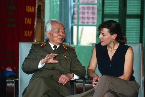 Đại tướng Võ Nguyên Giáp và nữ phóng viên Catherine Karnow trong cuộc gặp gỡ năm 1994. Ảnh: Catherine Karnow.