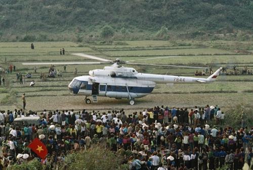 Mọi người bắt đầu chạy về phía trực thăng khi nó đang hạ cánh. Ảnh: Catherine Karnow.