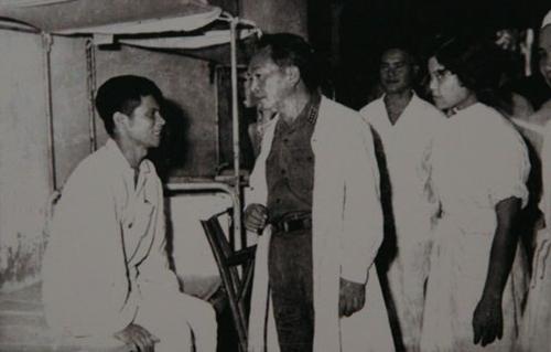 Đại tướng thăm thương, bệnh binh ở Quân y Viện 108 nhân ngày Thương binh Liệt sĩ 27-7-1969
