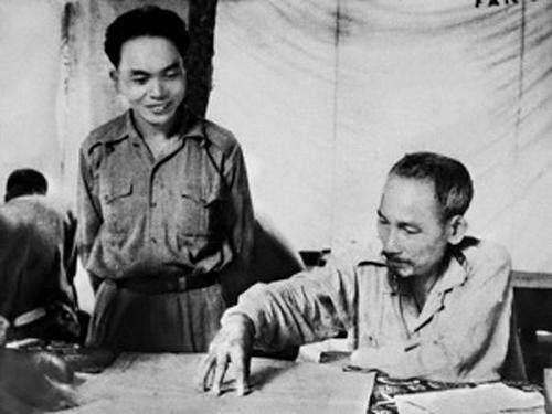Chủ tịch Hồ Chí Minh và Đại tướng, Tổng tư lệnh Võ Nguyên Giáp bàn kế hoạch quân sự tại Sở chỉ huy Chiến dịch biên giới (năm 1950). Ảnh: Tư liệu TTXVN