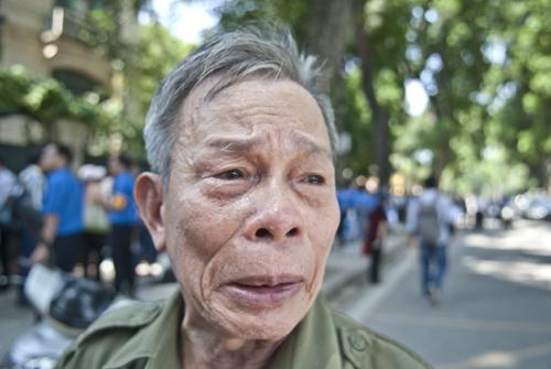 Thiếu tá Hoàng Thanh Tân 76 tuổi một mình bay từ Nha Trang ra đây để đến viếng vị Đại tướng. Bac vừa nói vừa khóc bác được gặp vị đại tướng 1 lần vào 1 tết năm 1960 khi cụ Giáp đi thăm trường sĩ quan lục quân. Đại tướng cởi mở dễ gần để lại nhiều ấn tượng sâu đậm cho bác Tân