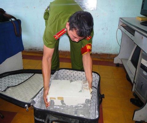 Pháp luật - Đại gia Sài Gòn sập bẫy những chiêu lừa không tưởng (Hình 3).