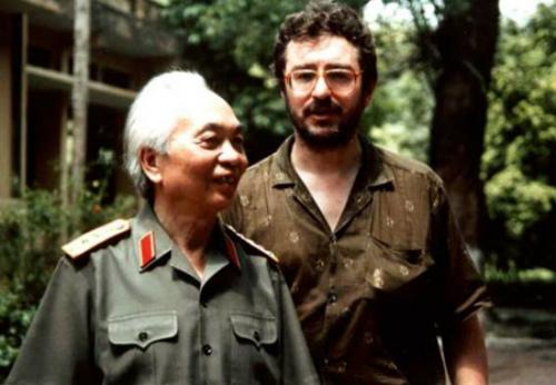 [Caption]Đại tướng Võ Nguyên Giáp và đạo diễn D.Roussel tại Hà Nội năm 1991.