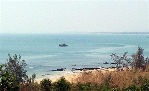 Tàu tuần tiễu của Bộ đội biên phòng Quảng Bình bảo vệ khu vực Vũng Chùa - Đảo Yến.