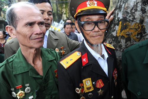 Bác Vũ Văn Chất, 84 tuổi, cùng các cựu chiến binh ở Hải Phòng đang xếp hàng chờ vào viếng Đại tướng lúc 6h30 sáng 10/10. Các bác tới Hà Nội từ hôm qua, bắt đầu xếp hàng trên phố Hoàng Diệu từ 1h sáng 10/10.