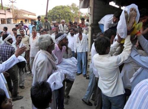 Thi thể những tín đồ Hindu thiệt mạng được đưa lên xe tải. Ảnh: AFP.
