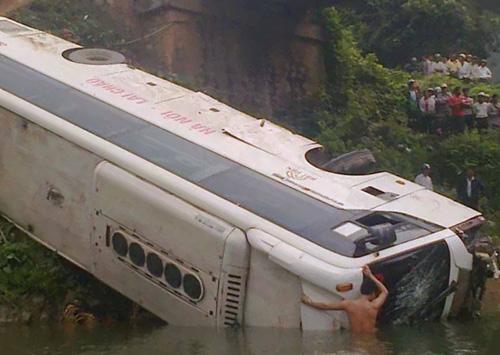Miền bắc - Xe khách lao xuống suối, 1 người chết, 1 người mất tích (Hình 2).